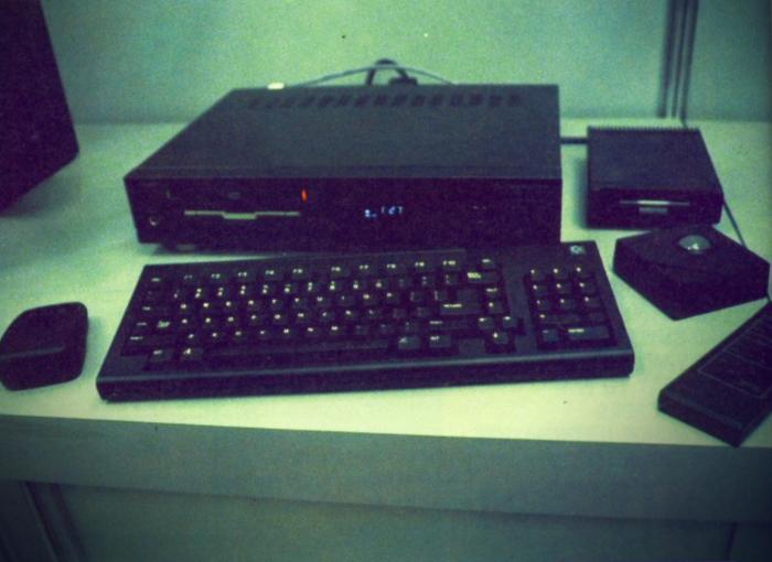 CDTV-booth-CES-1990-Setup-1-A